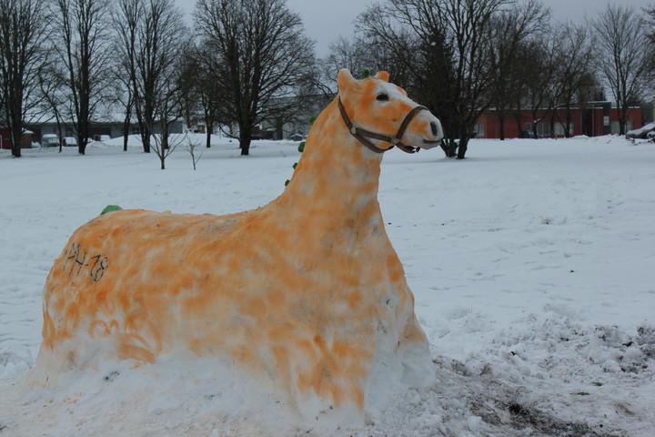 Lumest hobusefiguur Järvamaa Kutsehariduskeskuse Särevere õppekoha lumelinnakus.