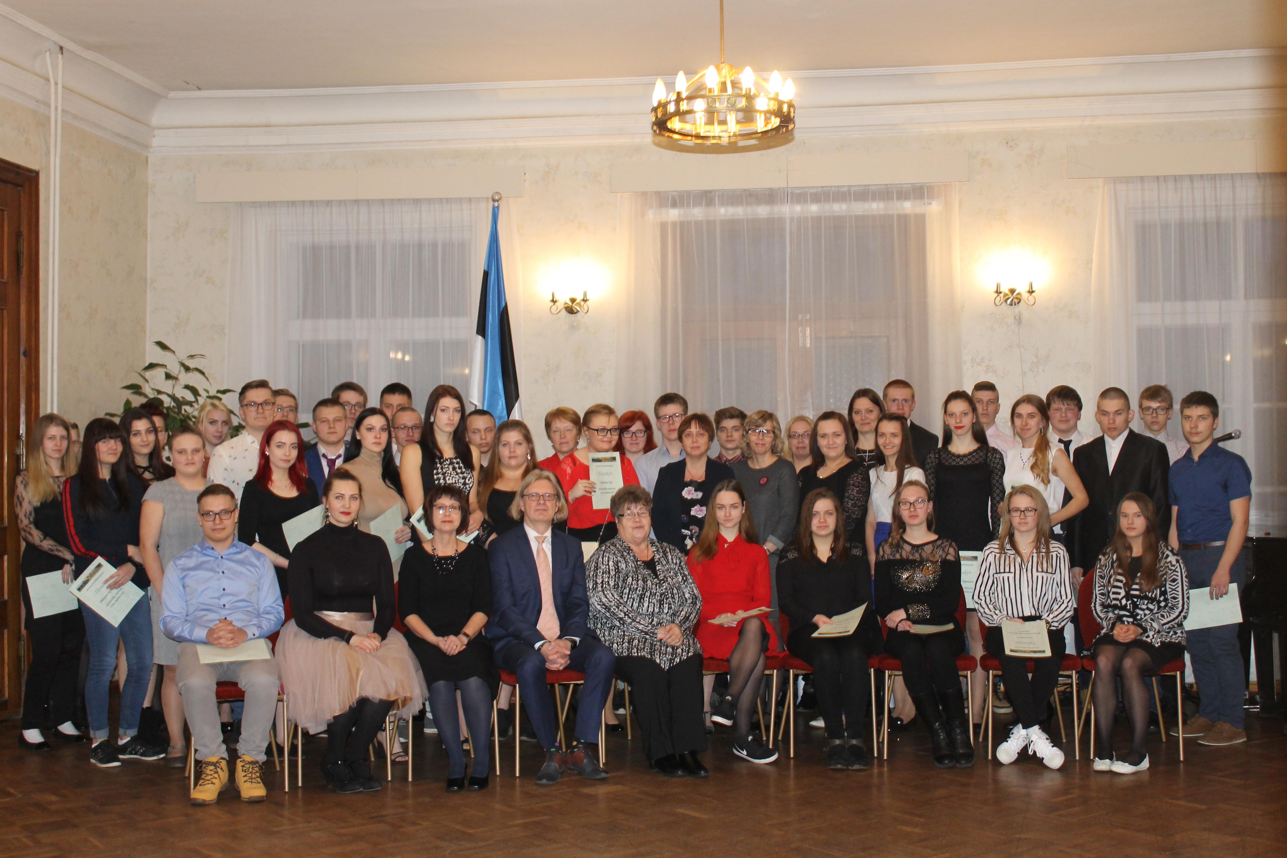 Järvamaa Kutsehariduskeskuse EV101 aktusel direktor, õpetajad ning tunnustada saanud õpilased.